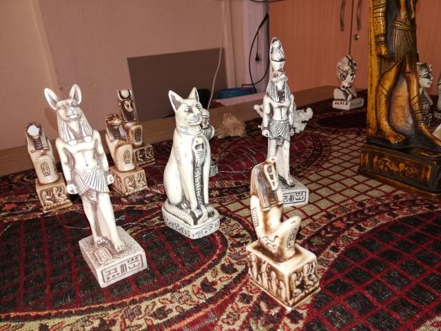 Figurki przedstawiające bóstwa egipskie, przywiezione przez pana Grzegorza Królickiego